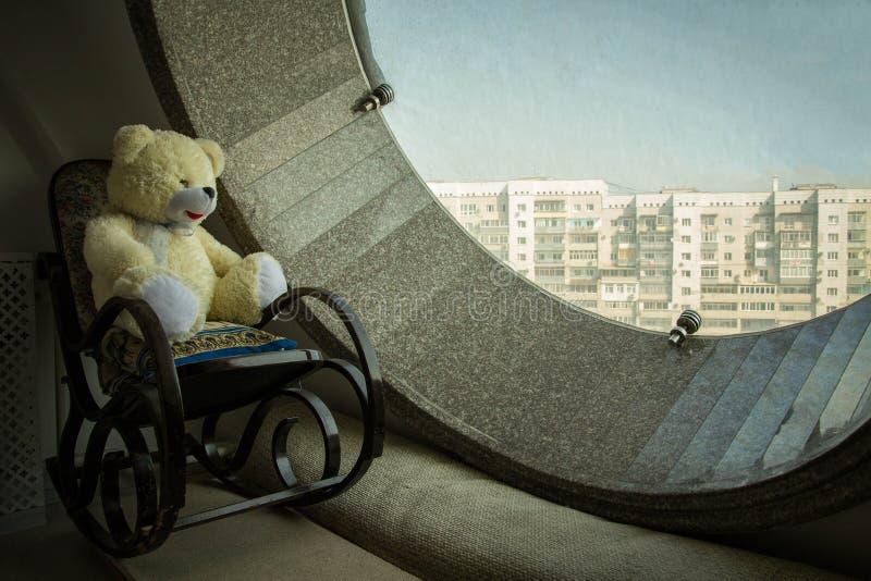 Το Teddy αντέχει σε μια λικνίζοντας καρέκλα στοκ εικόνα με δικαίωμα ελεύθερης χρήσης