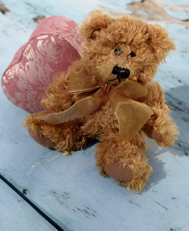 Το Teddy αντέχει την αγάπη στοκ φωτογραφίες