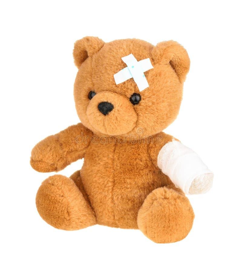 Το Teddy αφορά με τον επίδεσμο που απομονώνεται το λευκό, χωρίς σκιά στοκ φωτογραφίες