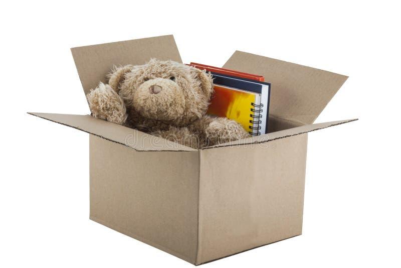 Το Teddy αφορά στο κουτί από χαρτόνι που απομονώνεται το άσπρο υπόβαθρο στοκ εικόνα με δικαίωμα ελεύθερης χρήσης