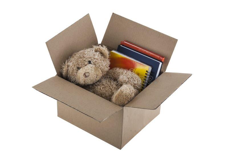 Το Teddy αφορά στο κουτί από χαρτόνι που απομονώνεται το άσπρο υπόβαθρο στοκ φωτογραφίες