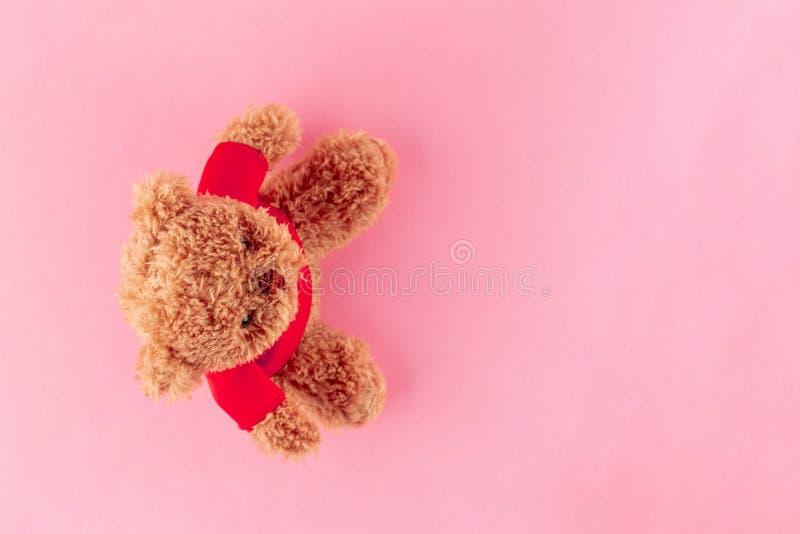 Το Teddy αφορά στο κόκκινο πουκάμισο που απομονώνεται το ρόδινο υπόβαθρο, χλεύη επάνω για τον εορτασμό καρτών r στοκ εικόνες