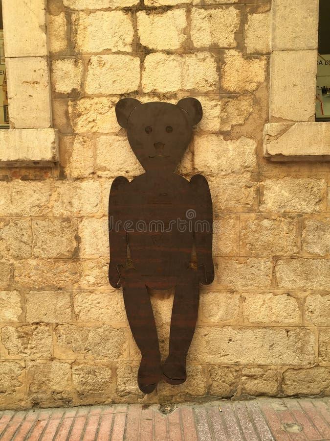 Το Teddy αφορά τον τοίχο στοκ εικόνες με δικαίωμα ελεύθερης χρήσης