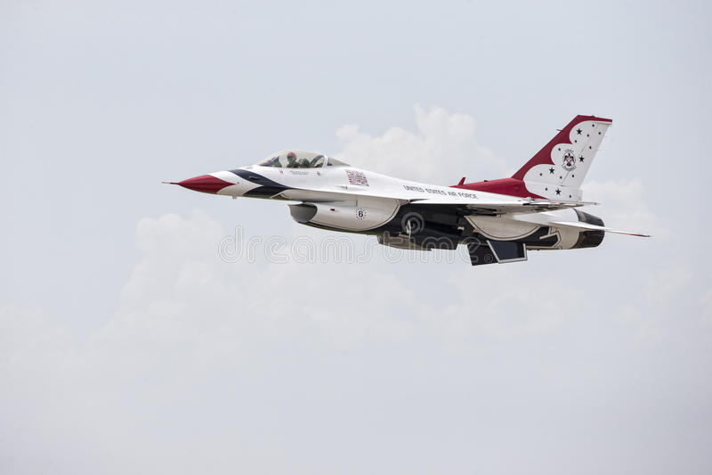 Το Thunderbird πειραματικό και το αεροπλάνο στην Πολεμική Αεροπορία γανωτών παρουσιάζουν στοκ φωτογραφία