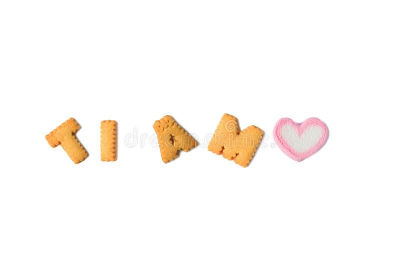 Το Tj AMO που σημαίνει σ' αγαπώ στα ιταλικά που συλλάβισαν με το αλφάβητο διαμόρφωσε τα μπισκότα και μια καρδιά διαμόρφωσε marshm στοκ εικόνες