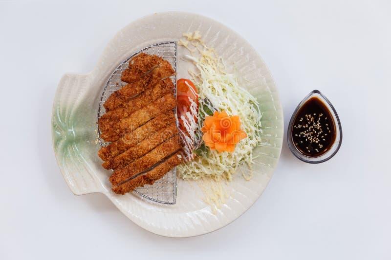Το Tonkatsu είναι ένα ιαπωνικό πιάτο που αποτελείται από πασπαλισμένο με ψίχουλα, τσιγαρισμένο cutlet χοιρινού κρέατος που εξυπηρ στοκ φωτογραφία