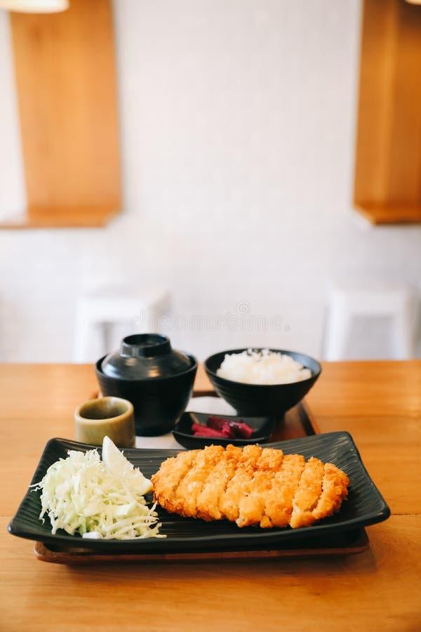 Το Tonkatsu τηγάνισε cutlet χοιρινού κρέατος με το ρύζι και τη σούπα στα ξύλινα επιτραπέζια ιαπωνικά τρόφιμα στοκ εικόνα