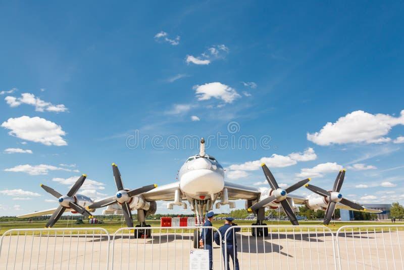 Το Tupolev TU-95 είναι ένα ρωσικό με τέσσερις μηχανές turboprop-τροφοδοτημένο στρατηγικό βομβαρδιστικό αεροπλάνο στοκ φωτογραφίες