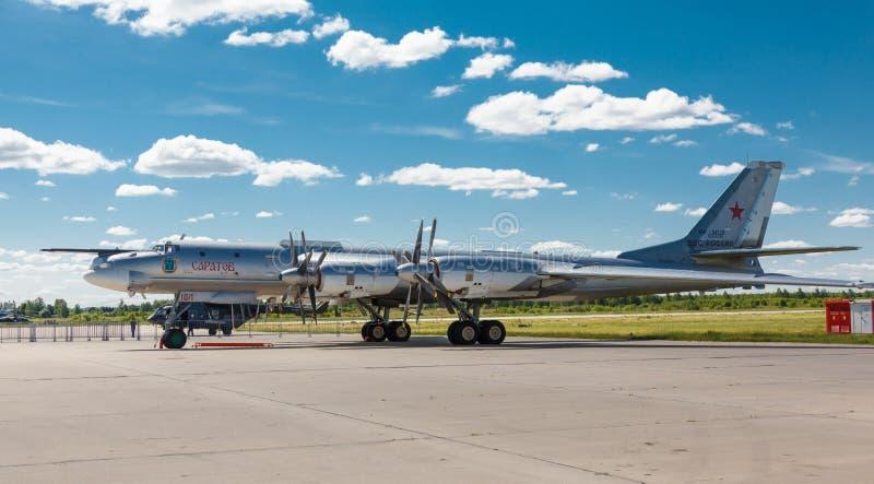 Το Tupolev TU-95 είναι ένα ρωσικό με τέσσερις μηχανές turboprop-τροφοδοτημένο στρατηγικό βομβαρδιστικό αεροπλάνο στοκ εικόνα
