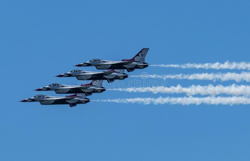 Το USAF Thunderbirds συσσώρευσε ενός πέρα από άλλο στο σχηματισμό στοκ φωτογραφία με δικαίωμα ελεύθερης χρήσης