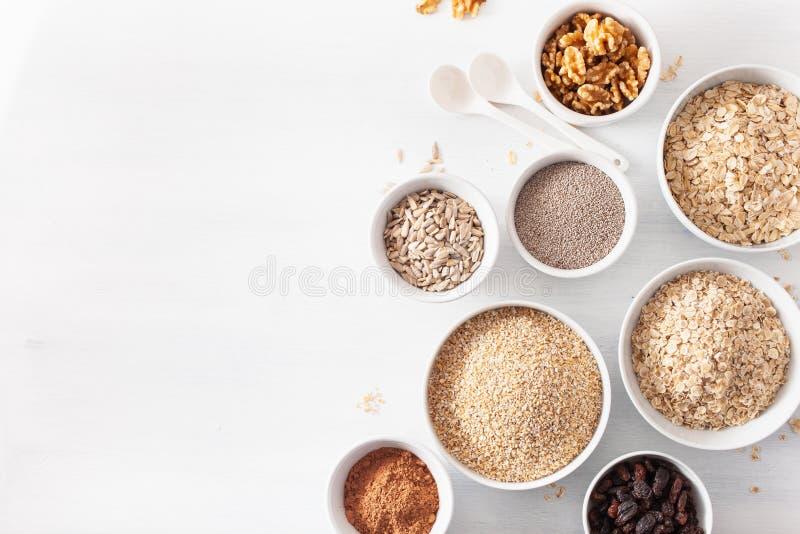 Το Variaty των ακατέργαστων δημητριακών και των καρυδιών για Oatmeal προγευμάτων ξεφλουδίζει και την περικοπή χάλυβα, κριθάρι, ξύ στοκ εικόνες