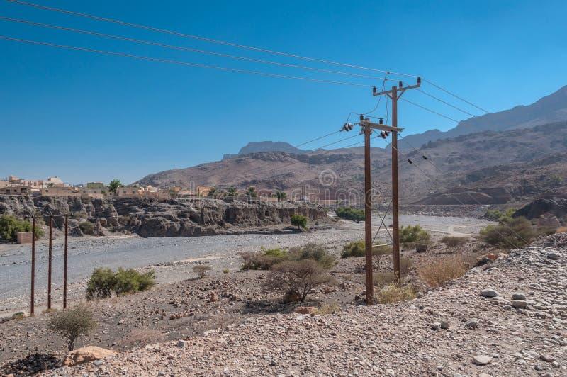 Το Wadi στον τρόπο σε Jebel υποκρίνεται το βουνό Ομάν στοκ εικόνες