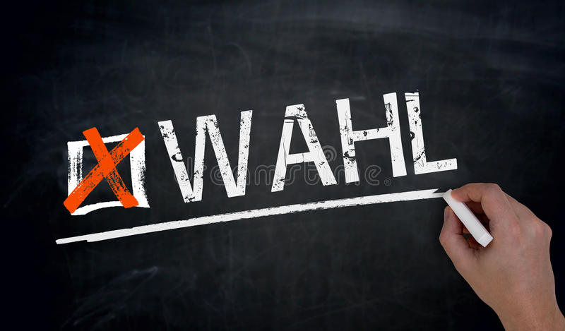 Το Wahl στη γερμανική εκλογή γράφεται με το χέρι στον πίνακα στοκ φωτογραφία