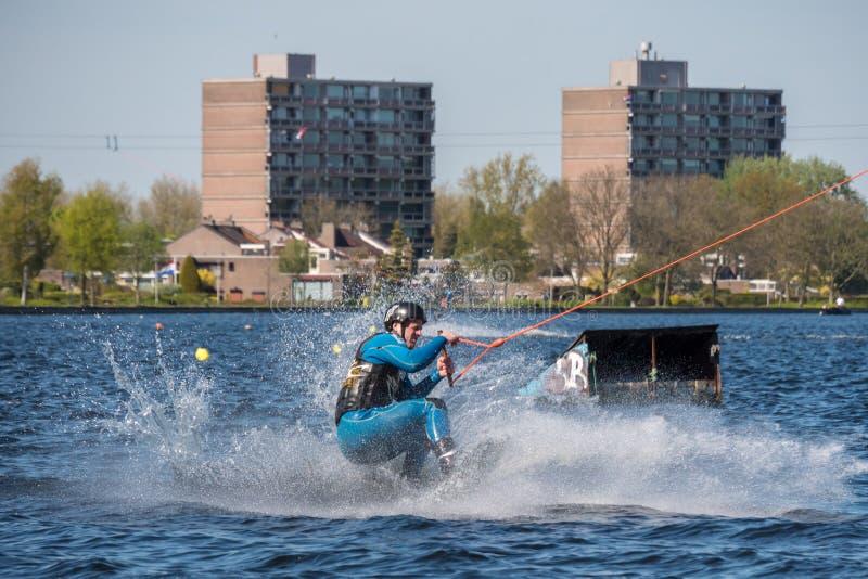 Το Wakeboarder κάνει το τέχνασμά του στη διαδρομή Wakeboard στοκ φωτογραφία με δικαίωμα ελεύθερης χρήσης