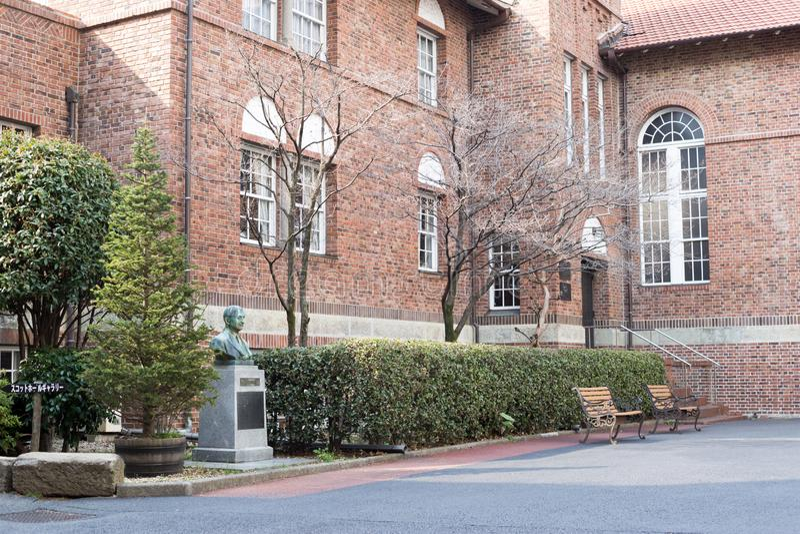 Το Waseda το σπίτι σεμιναρίου με το άγαλμα του ιδρυτή στοκ φωτογραφία με δικαίωμα ελεύθερης χρήσης