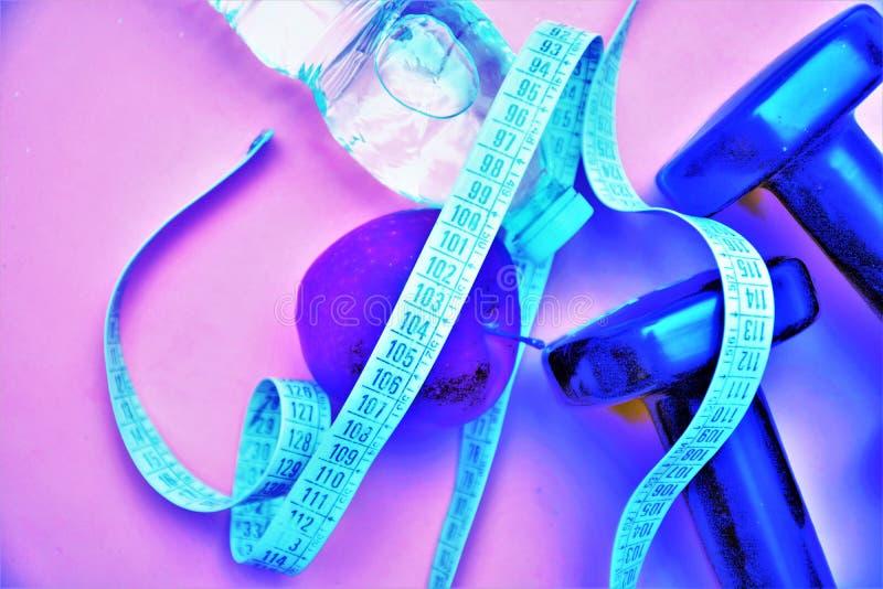 Το wellness διατροφής γυμναστικής ικανότητας νερού Dumbells measur μετρά το helathy αθλητισμό ομορφιάς τροφίμων μήλων helath corp στοκ φωτογραφία με δικαίωμα ελεύθερης χρήσης