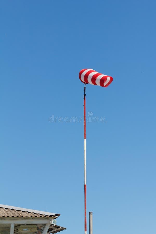 Το Windsock ως μετρητής για τους ανέμους, ανεμοδείκτης στο αεροδρόμιο αεροδρομίων σε έναν αέρα παρουσιάζει στοκ εικόνα
