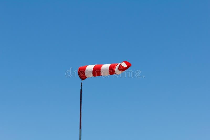 Το Windsock ως μετρητής για τους ανέμους, ανεμοδείκτης στο αεροδρόμιο αεροδρομίων σε έναν αέρα παρουσιάζει στοκ φωτογραφίες με δικαίωμα ελεύθερης χρήσης