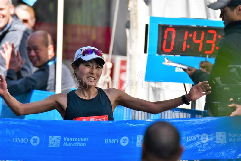 ?? Το Yuko Mizuguchi κέρδισε τη θηλυκή 1$η θέση στο μαραθώνιο του Βανκούβερ Ο χρόνος είναι 02:41:28 στοκ εικόνα με δικαίωμα ελεύθερης χρήσης