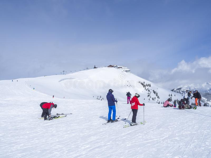 Το Zell AM βλέπει, ΑΥΣΤΡΊΑ, στις 14 Μαρτίου 2019: Οι σκιέρ στην κορυφή του βουνού Smittenhohe σε Kaprun κάνουν σκι περιοχή προετο στοκ φωτογραφία