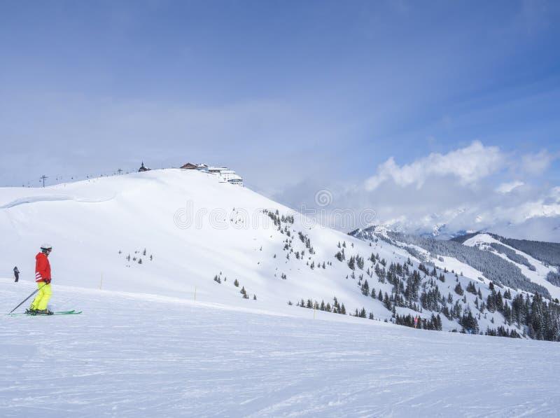 Το Zell AM βλέπει, ΑΥΣΤΡΊΑ, στις 14 Μαρτίου 2019: Σκιέρ στην κορυφή του βουνού Smittenhohe στην περιοχή σκι Kaprun που προετοιμάζ στοκ φωτογραφίες