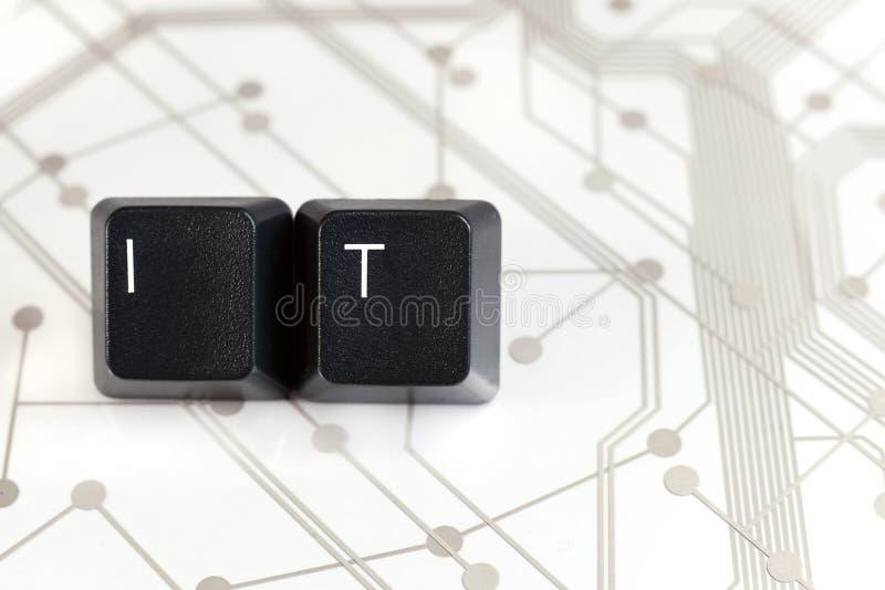 ΤΠ, δύο κλειδιά πληκτρολογίων με τα γράμματα Ι και Τ στον πίνακα κυκλωμάτων στοκ εικόνα