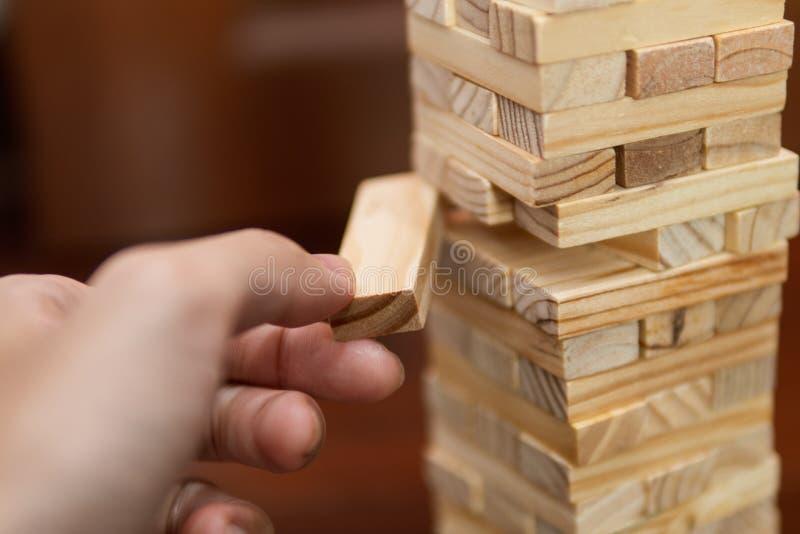 Τράβηγμα ατόμων ένας ξύλινος φραγμός από τον πύργο στοκ φωτογραφία με δικαίωμα ελεύθερης χρήσης