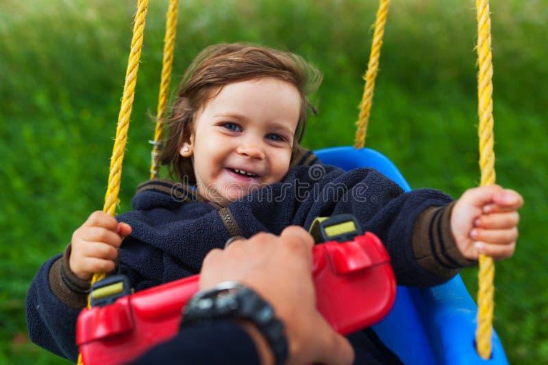 Τράβηγμα του μωρού στην ταλάντευση στοκ φωτογραφίες με δικαίωμα ελεύθερης χρήσης
