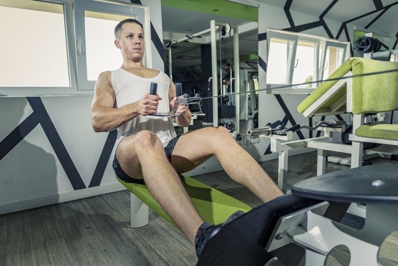 Τράβηγμα ώμων κάτω από την άσκηση στοκ εικόνα με δικαίωμα ελεύθερης χρήσης