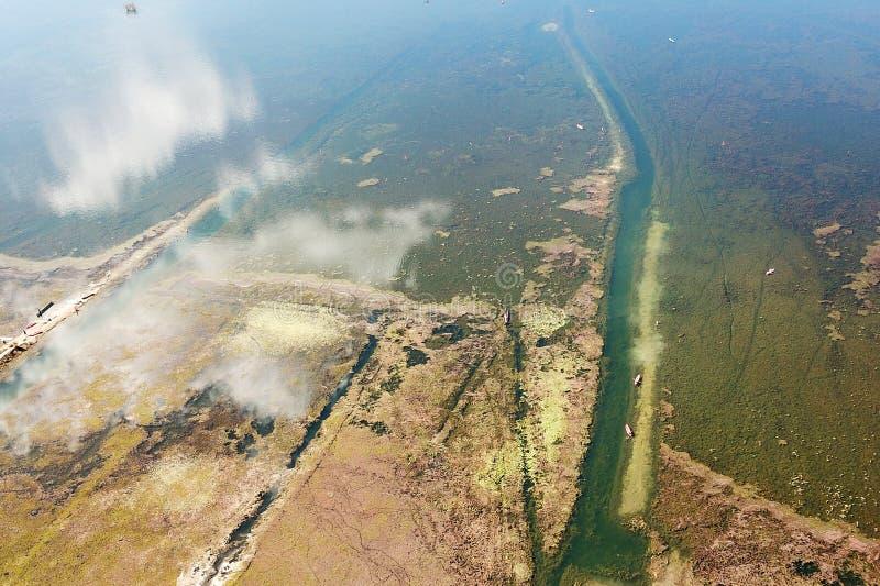 Τράπεζα λιμνών άποψης πουλιών το φθινόπωρο στοκ φωτογραφία