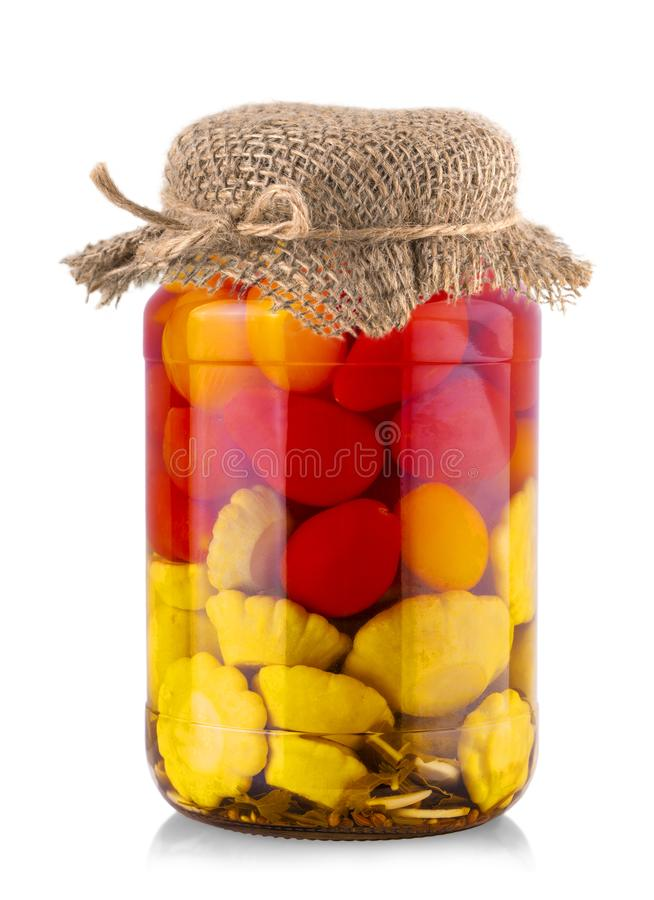 Τράπεζα με τις κονσερβοποιημένες ντομάτες και κολοκύθα του Μπους σε έναν burlap σάκο στοκ εικόνα με δικαίωμα ελεύθερης χρήσης