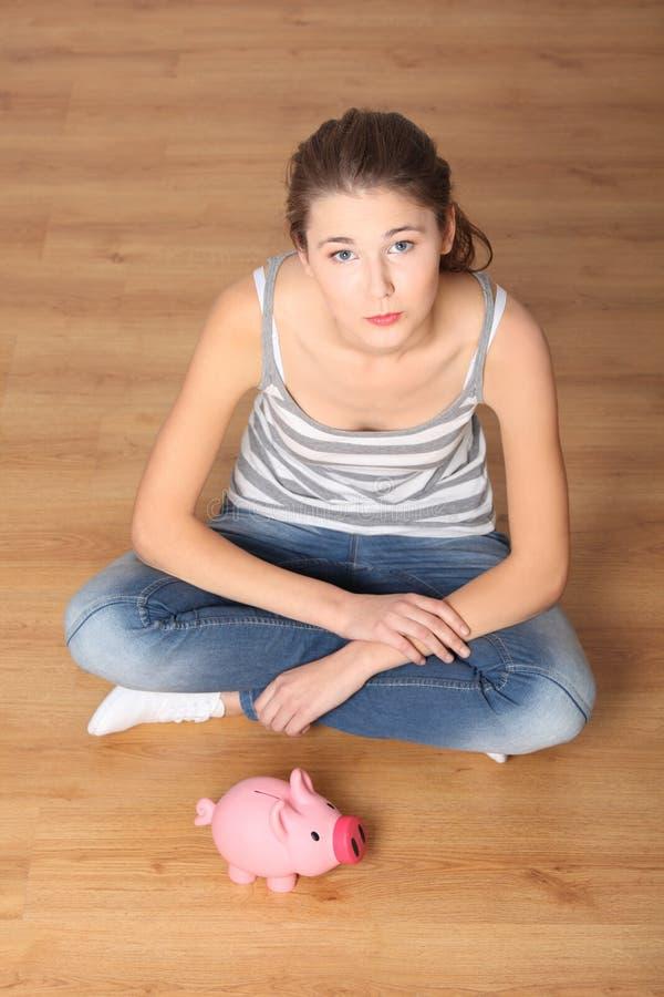 τράπεζα οι piggy ρόδινες νεολαίες γυναικών εφήβων της στοκ εικόνες με δικαίωμα ελεύθερης χρήσης