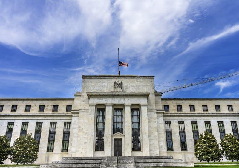 Τράπεζα πινάκων Κεντρικής Τράπεζας των ΗΠΑ Eccles αμερικανικών σημαιών που χτίζει το Washington DC στοκ φωτογραφίες