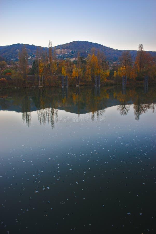 Τράπεζα του saone ποταμών κοντά στη Λυών, χρώματα του φθινοπώρου στοκ φωτογραφίες με δικαίωμα ελεύθερης χρήσης