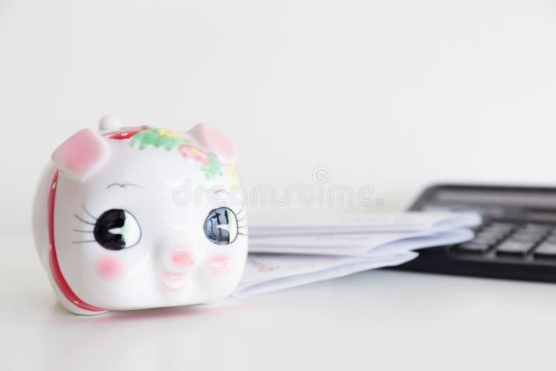 Τράπεζα, υπολογιστής και δήλωση Piggy στοκ εικόνες