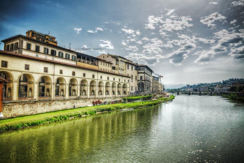 Τράπεζα Arno που βλέπει από Ponte Vecchio στοκ εικόνες