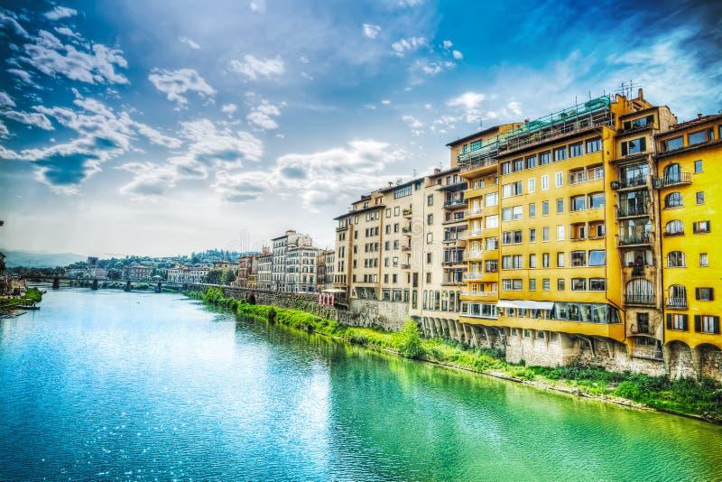 Τράπεζα Arno που βλέπει από Ponte Vecchio στοκ φωτογραφίες