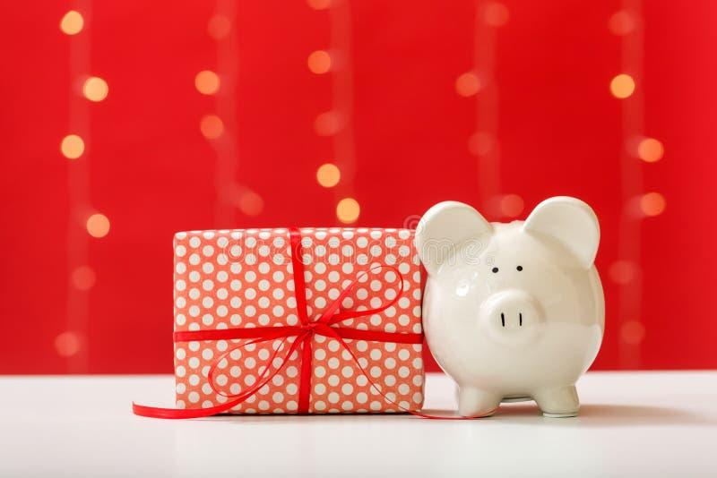 Τράπεζα Piggy και κιβώτιο χριστουγεννιάτικου δώρου στοκ φωτογραφία με δικαίωμα ελεύθερης χρήσης