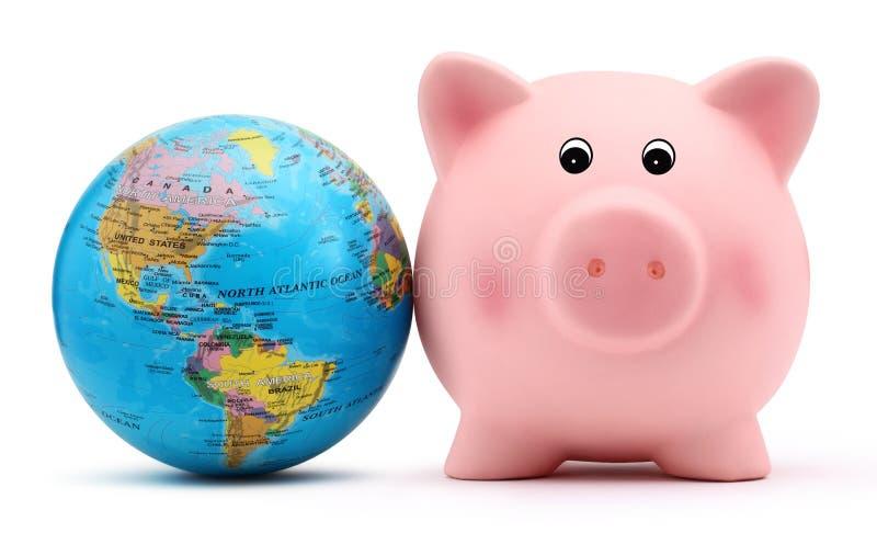 Τράπεζα Piggy με τη σφαίρα που απομονώνεται στο άσπρο backround στοκ φωτογραφία με δικαίωμα ελεύθερης χρήσης
