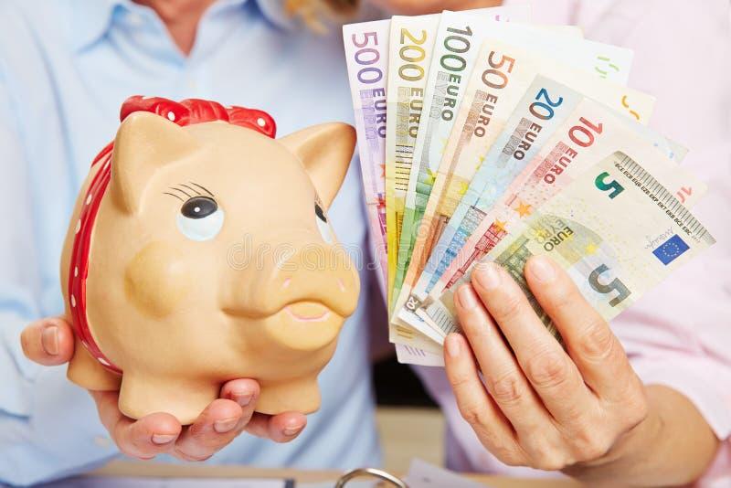 Τράπεζα Piggy με τους ευρο- λογαριασμούς χρημάτων στοκ φωτογραφίες με δικαίωμα ελεύθερης χρήσης