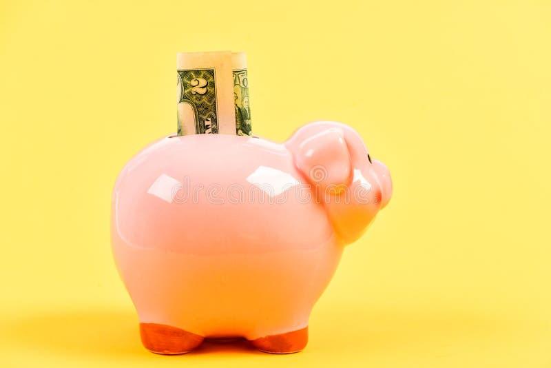 Τράπεζα Piggy με το χρυσό σωρό νομισμάτων moneybox E r χρήματα αποταμίευσης ίδρυση επιχείρησης οικονομική θέση στοκ φωτογραφία με δικαίωμα ελεύθερης χρήσης