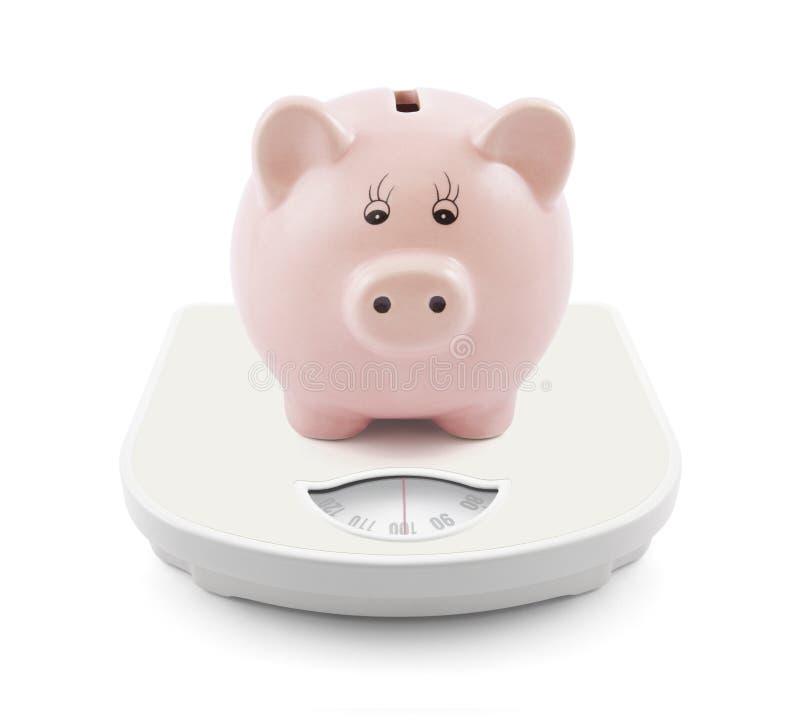Τράπεζα Piggy στις κλίμακες στοκ εικόνες