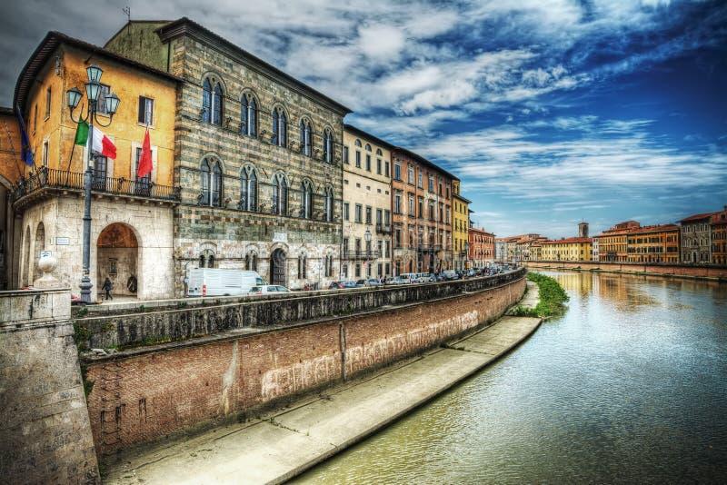 Τράπεζες Arno που βλέπουν από την Πίζα riverfront στο hdr στοκ φωτογραφία