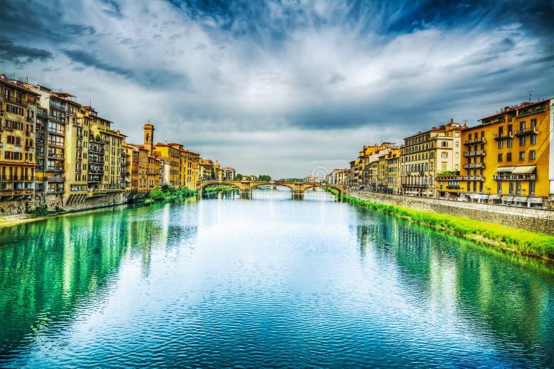 Τράπεζες Arno που βλέπουν από Ponte Vecchio στη Φλωρεντία στοκ εικόνες
