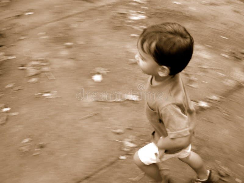 τρέξιμο αγοριών θαμπάδων στοκ φωτογραφίες