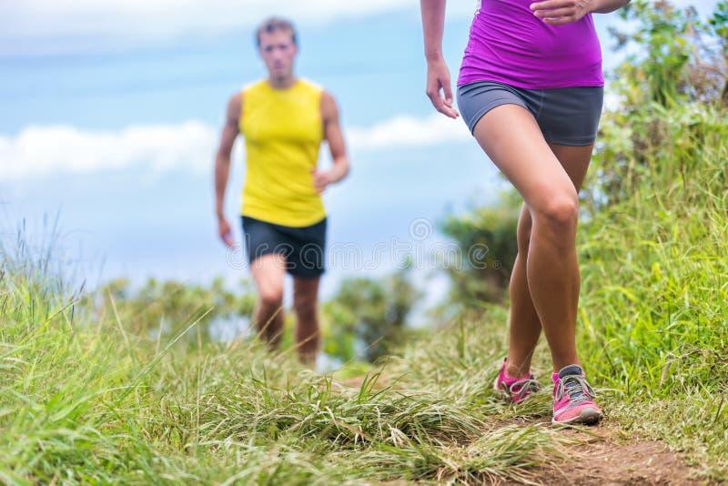 Τρέξιμο ανθρώπων που περπατά στην πορεία ιχνών πάρκων φύσης στοκ φωτογραφίες με δικαίωμα ελεύθερης χρήσης