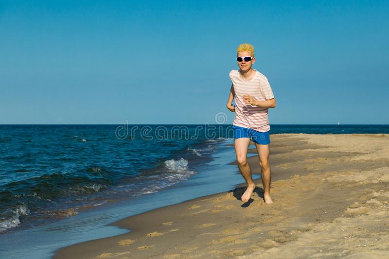 Τρέξιμο ατόμων, που πηδά στην παραλία στοκ φωτογραφία με δικαίωμα ελεύθερης χρήσης