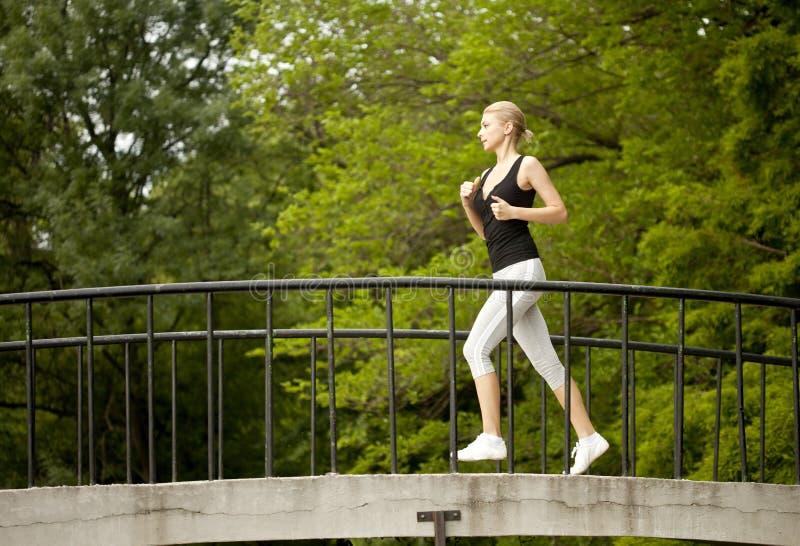 Τρέξιμο γυναικών στοκ φωτογραφία με δικαίωμα ελεύθερης χρήσης