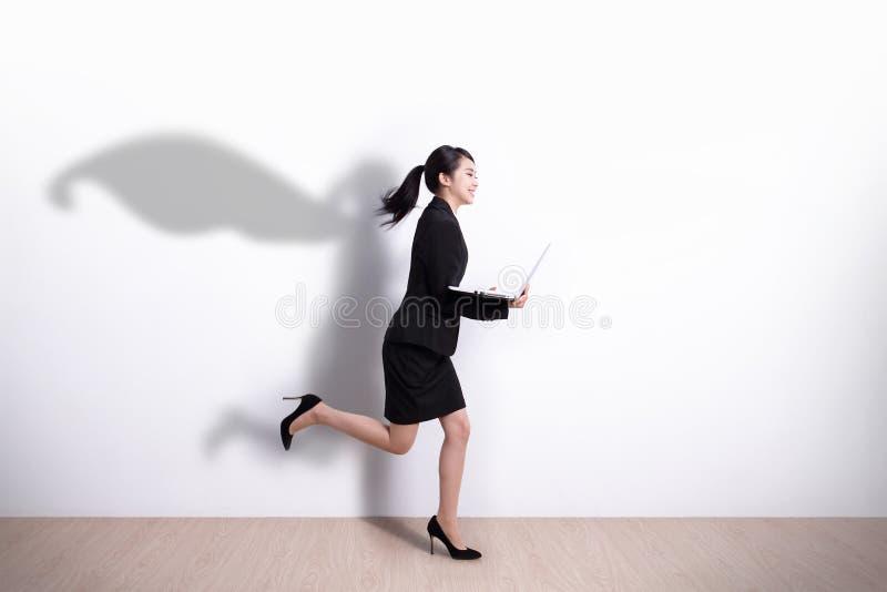 Τρέξιμο επιχειρησιακών γυναικών Superhero στοκ φωτογραφία με δικαίωμα ελεύθερης χρήσης