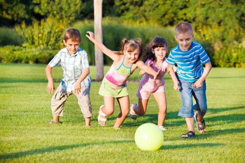 τρέξιμο κοριτσιών αγοριών στοκ εικόνες